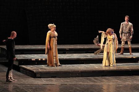 MOSKOU, RUSLAND - 30 mei Hamlet van William Shakespeare door acteurs van het Centraal Academisch Theater van het Russische leger op 30 mei 2010 op het Centraal Academisch Theater van het Russische leger in Moskou Redactioneel