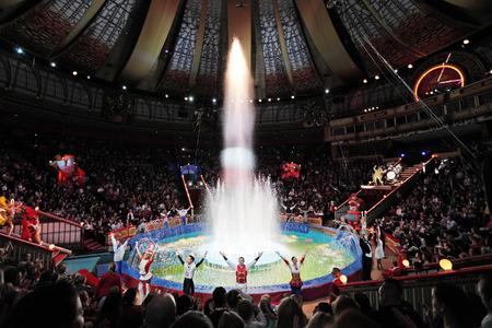 """모스크바, 러시아 - 년 11 월 27 일 : 모스크바, 러시아에서 """"골든 버프"""", 11 월 27 일에 모스크바 서커스의 마지막 부분, 2011 년의 프리젠 테이션"""