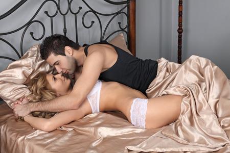 sexo pareja joven: Las relaciones heterosexuales en una cama