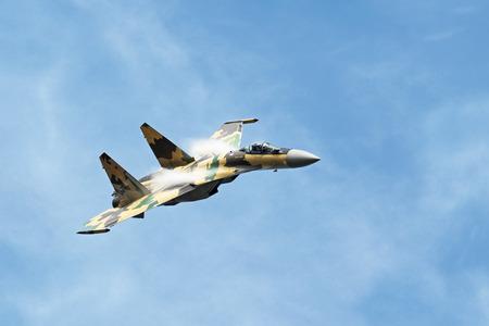 modern fighter: Un moderno combattente kaki vola sullo sfondo del cielo blu