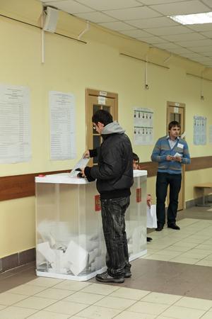 encuestando: Mosc�, Rusia - 04 de marzo: Las elecciones del Presidente de la Federaci�n Rusa de la mesa electoral 2551 del 4 de marzo de 2012 en Mosc�, Rusia