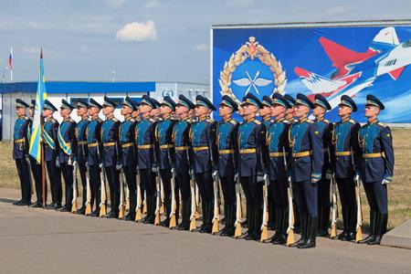 batallon: ZHUKOVSKY, Rusia - 11 de agosto: La celebraci�n del 100 aniversario de la fuerza a�rea rusa. Agosto 11, 2012 en Zhukovsky, Rusia. Un batall�n de la guardia de honor del comandante del regimiento de la Fuerza A�rea de Rusia se re�ne con el Presidente de Rus