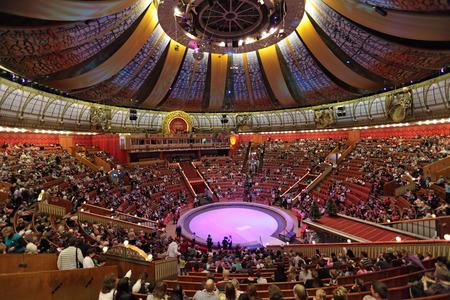 모스크바, 러시아 - 월 1 일 : 모스크바 서커스의 새로운 해의 쇼. 모스크바, 러시아 1 월 1 2012 년 모스크바 서커스에서 프레젠테이션의 시작 에디토리얼
