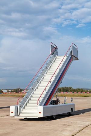 空港で飛行機のタラップ