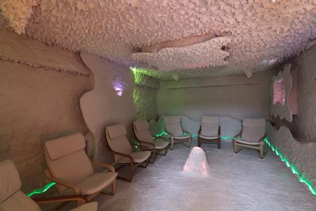 염 치료를위한 룸의 내부 (소금 동굴) 에디토리얼