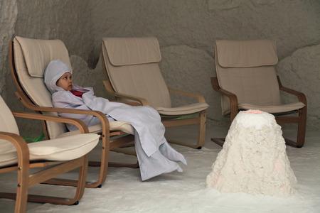 L'enfant dans la chambre de mécanothérapie prend procédures thérapeutiques