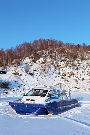 aéroglisseur: transport Hovercraft sur le lac gelé Baïkal, en Sibérie, en Russie Banque d'images