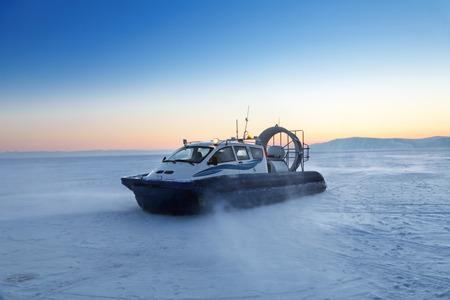 aéroglisseur: transport Hovercraft sur le lac gelé Baïkal au moment du coucher du soleil, de la Sibérie, en Russie