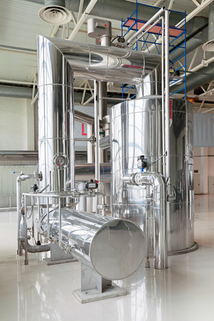 Production de brassage - brasserie, vide-évaporateur, l'intérieur de la brasserie, personne