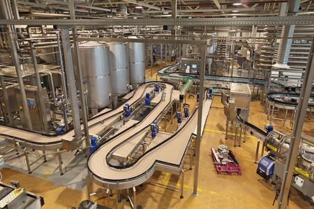 ビール醸造所のインテリア。ビール瓶詰め用搬送ライン