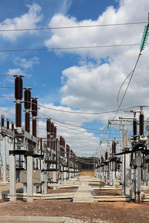 zelektryzować: Podstacja elektryczna moc, wsparcie wysokiego napięcia, przewody i izolatory