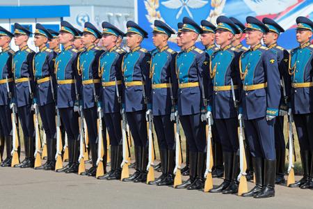 batall�n: ZHUKOVSKY, Rusia - 11 de agosto: La celebraci�n del 100 aniversario de la fuerza a�rea rusa. Agosto 11, 2012 en Zhukovsky, Rusia. Un batall�n de la guardia de honor del comandante del regimiento de la Fuerza A�rea de Rusia se re�ne con el Presidente de Rus