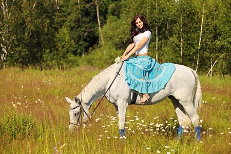 campesino: Mujer campesina joven monta un caballo Foto de archivo