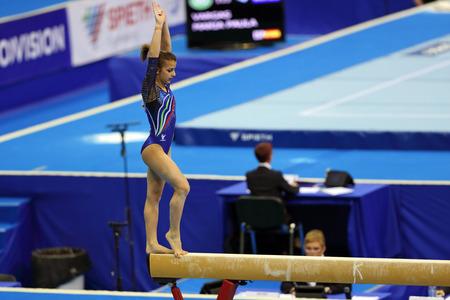 MOSCOU - 19 avril: Championnats d'Europe de gymnastique artistique 2013. Elisa Meneghini - gymnaste italienne agit sur la poutre d'équilibre dans le stade olympique, le 19 Avril 2013, à Moscou, en Russie.