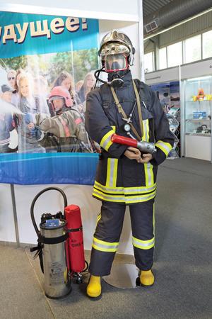 retardant: NIZHNY Tagil, RUSSIA 22 agosto: pompiere costume in mostra RUSSIAN DIFESA EXPO 2012 agosto, 22, 2012 a Nizhny Tagil, Russia