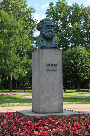 marx: A bronze sculpture by Karl Marx in St. Petersburg, Russia. The monument was established in 1932 Stock Photo