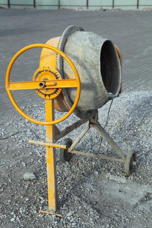 Une petite bétonnière portable sur le site de construction