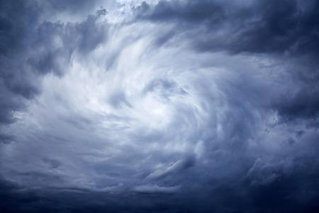 Le ciel orageux sombre sombre avec des nuages