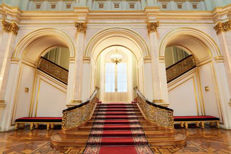 러시아, 모스크바, 그랜드 크렘린 궁 - 1837에서 1849에 내장 된 역사적 오래 된 건물, 러시아의 대통령의 현재의 의식 거주. 작은 Georgievsky 홀, 계단