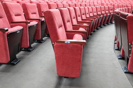 회의실에 빨간색 접는 의자의 행