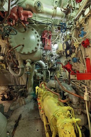 apalancamiento: El interior de la antigua submarino, compartimento diesel, el compresor de un alto pressur, nadie Foto de archivo