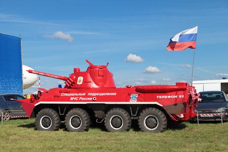 ZHUKOVSKY, Rusland - 26 augustus: Fire truck op basis van de APC voor het blussen van branden in extreme omstandigheden bij de Internationale Luchtvaart en Ruimtevaart MAKS 2013.