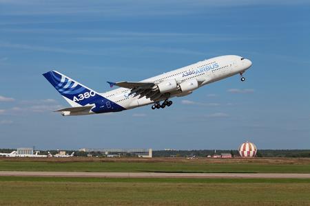 Joukovski, RUSSIE - 28 août 2013: vol de démonstration Airbus A380 - à large fuselage à deux ponts passagers avion de ligne à l'aviation internationale et de l'espace salon MAKS-2013