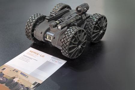 neutralizować: Nizhny Tagil, Rosja - 25 września 2013: międzynarodowa wystawa uzbrojenia, sprzętu wojskowego i amunicji ROSJI ARMS (RAE-EXPO 2013). Zdalnie sterowany Robot Nerwa LG francuska firma Nexter robotyka wykrywania kontaktów i neutralizacji IED Publikacyjne