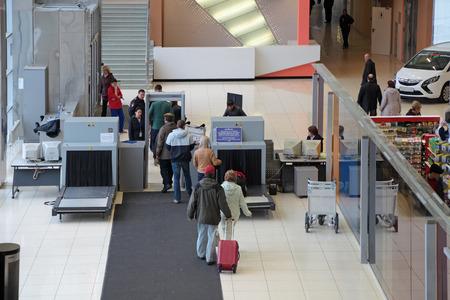 예 카테 린 부르크, 러시아 - 9 월 28 일 : 보안 조치를 증가. 공항 Koltsovo의 건물 입구에 승객의 심사 에디토리얼