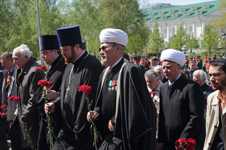 albir: MOSCOW, RUSSIA - MAY 8, 2014: Members of the clergy at the ceremony of laying flowers to the Tomb of the Unknown Soldier in Alexander garden. Festive events dedicated to the 69th Anniversary of Victory Day (WWII)