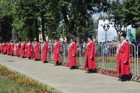 the cossacks: REGI�N DE MOSC�, Sergiyev Posad, Rusia - 18 de julio 2014: Celebraci�n del 700 aniversario del nacimiento de San Sergio de Radonezh. Los cosacos est�n involucrados en la prestaci�n de la seguridad y el orden p�blico