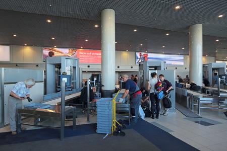 metales: Mosc�, Rusia - agosto 04,2014: Se ha aumentado las medidas de seguridad. Control de pasajeros en el edificio del aeropuerto internacional de Domodedovo