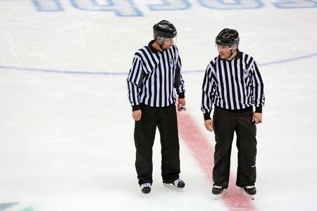 arbitros: SOCHI, Rusia - 12 de marzo 2014: Juegos Paral�mpicos de invierno. Shayba Arena, el hockey sobre hielo trineo Italia-Suecia. �rbitros Hockey discuten el juego