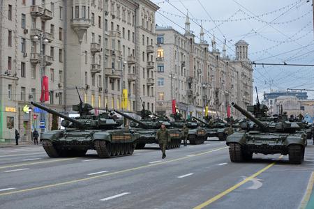모스크바, 러시아 - 2014 년 5 월 5 일 : 승리 일 (WWII)의 69 주년 리허설 축하. Tverskaya 거리에있는 군사 장비가 붉은 광장을 여행 할 준비를합니다. T 에디토리얼