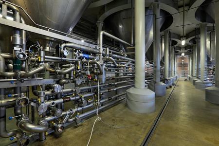 L'intérieur de la brasserie, département de fermentation, unité de distribution, personne