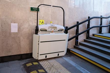 L'ascenseur spécial pour les personnes handicapées au passage souterrain dans la ville de Sotchi, en Russie Banque d'images