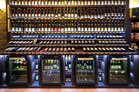 YALTA, republiek Krim, Rusland - 14 augustus 2014: Binnenlandse Zaken en assortiment dranken wijnwinkel met traditionele Krim wijnen, niemand