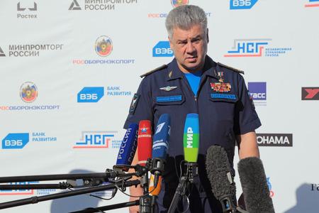 Joukovski, MOSCOW REGION, RUSSIE - 25 août 2015: Viktor Nikolaïevitch Bondarev - colonel général, commandant en chef de la force aérienne russe à l'aviation internationale et l'espace salon MAKS-2015 Banque d'images - 50976245