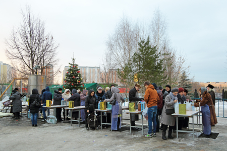dispensation: MOSCOW, RUSSIA - JAN 19, 2015: The distribution of Holy water near the Temple of Annunciation of the Blessed Virgin Mary in Solntsevo during the holiday Baptism of Jesus Editorial