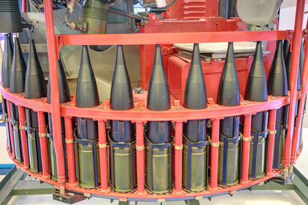 artillery shell: Automatic mechanism loading tank guns of the carousel type
