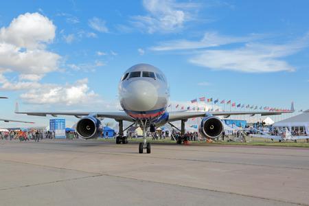 cielos abiertos: ZHUKOVSKY, región de Moscú, Rusia AUG - 30 de, 2015: El Tupolev Tu-214 es un bimotor de medio alcance avión de pasajeros del vuelo de Rusia el Tratado de Cielos Abiertos en la aviación internacional y el salón de Espacio MAKS-2015