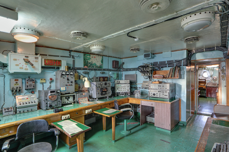 """MURMANSK, RUSLAND - 17 februari 2016: Interieur van de Sovjet-atomaire ijsbreker """"Lenin"""". De radiokamer Redactioneel"""