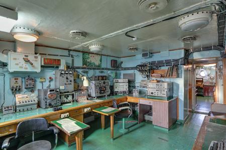 """MURMANSK, RUSSIE - 17 FEVRIER 2016: Intérieur du brise-glace atomique soviétique """"Lénine"""". La salle de radio Éditoriale"""