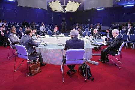 """세인트 피터스 버그, 러시아 - 2016 년 6 월 16 일 : 상트 페테르부르크 국제 경제 포럼 SPIEF-2016. 원탁 회의와 TV 토론 """"러시아와 EU : 함께하지는 않지만  에디토리얼"""