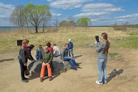 ordenanza: YAROSLAVL OBLAST, RUSSIA - MAY 02, 2014: Sin-Kamen (Blue Stone or Blue Rock) the famous pagan sacred stone on the shore of Lake Pleshcheyevo. Pilgrims touch the Holy stone
