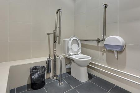 Openbaar toilet in Sochi, Rusland, uitgerust voor mensen met een handicap