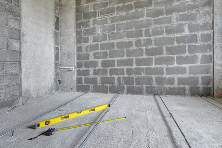 Floor repair, installing a screed guide for concrete screeds Stockfoto