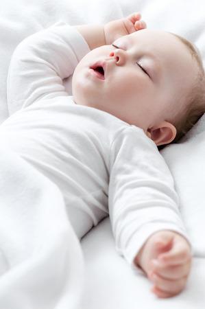 enfant qui dort: Carefree dormir petit bébé sur un lit
