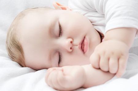 평온한 침대에 작은 아기 잠자는