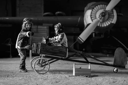 이 비행기와 격납고에서 만든 항공기 젊은 에이터